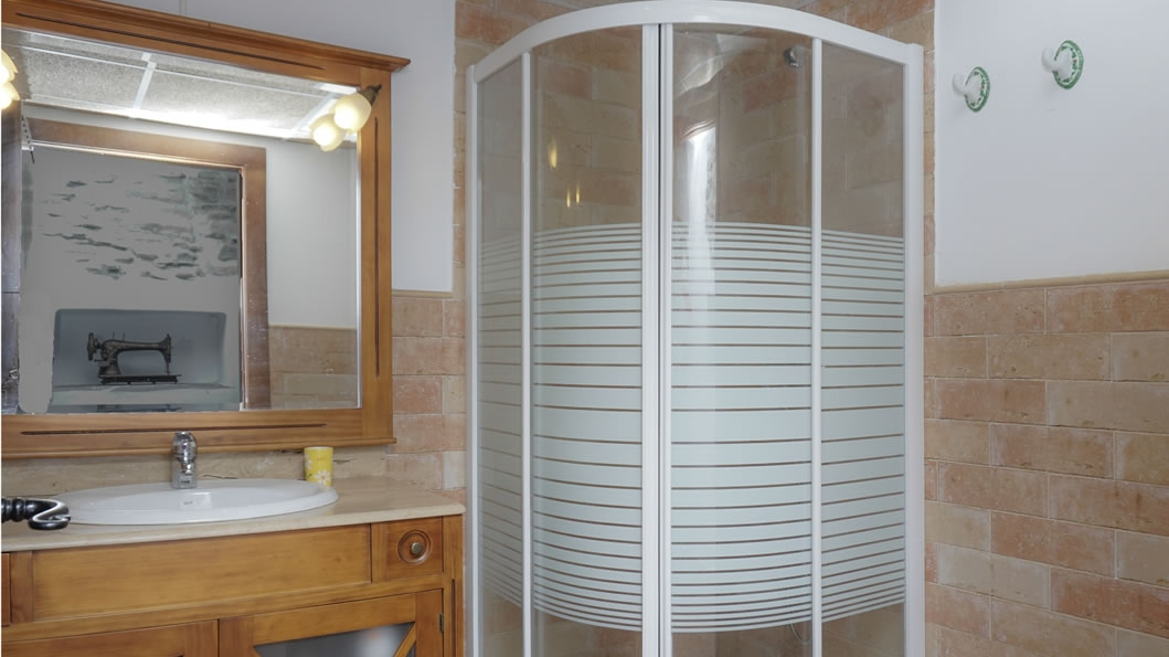 """THYME"" ROOM, WASHBASIN AND SHOWER"